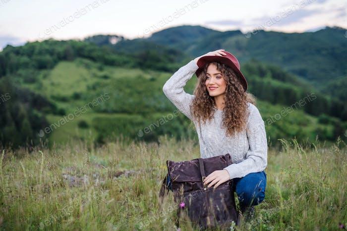 Junge Touristenfrau Reisender mit Rucksack in der Natur, ruht.