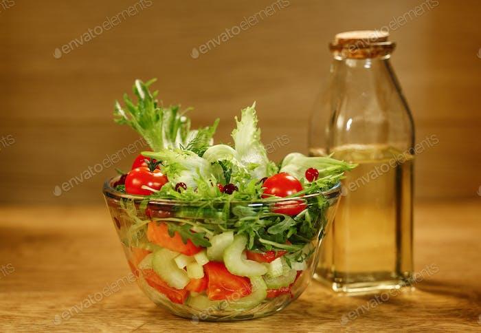 Schüssel Salat mit frischem Gemüse