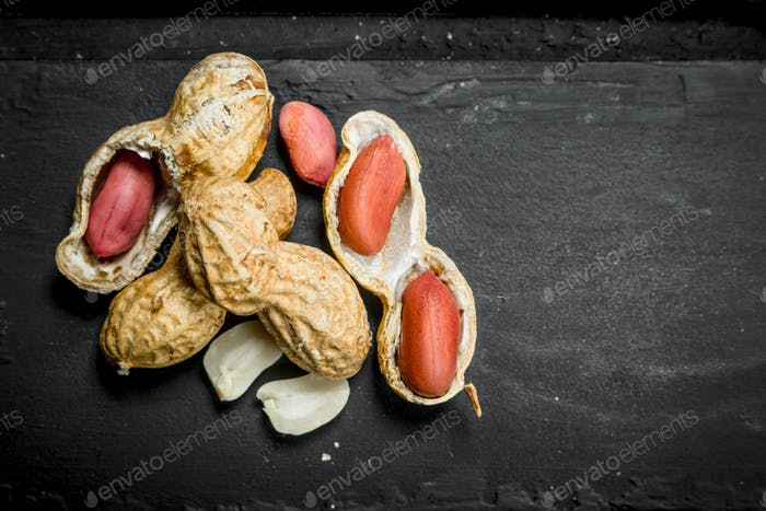 Peanuts with shells .