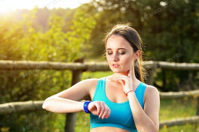 Frau mit Fitness-Armband