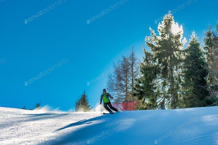 Mädchen Frau weiblich auf dem Ski