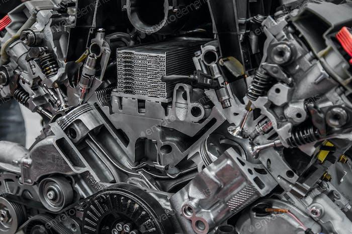 Kreuzansicht mit PKW-Motor