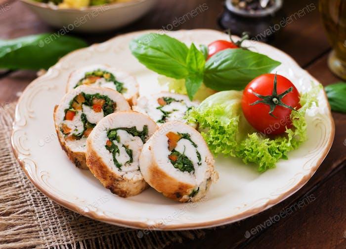 Hähnchenbrötchen mit Grüns, garniert mit Salat.