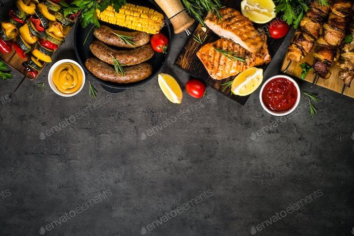 Grillgericht - Gegrilltes Fleisch, Fisch, Wurst und Gemüse