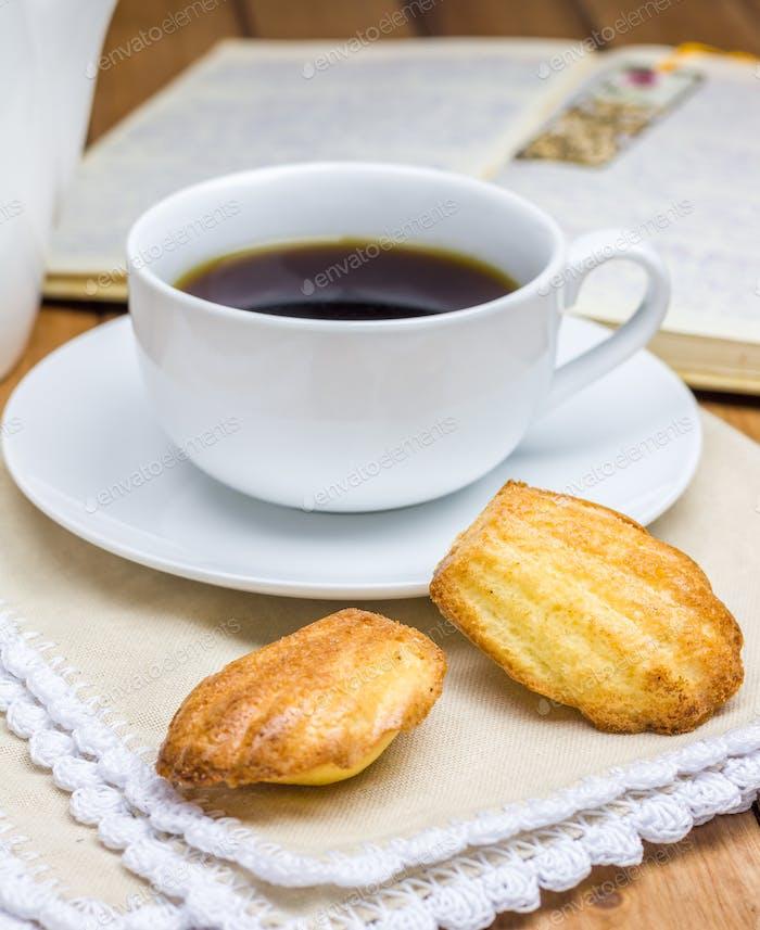 Hausgemachte Madeleines mit einer Tasse Kaffee