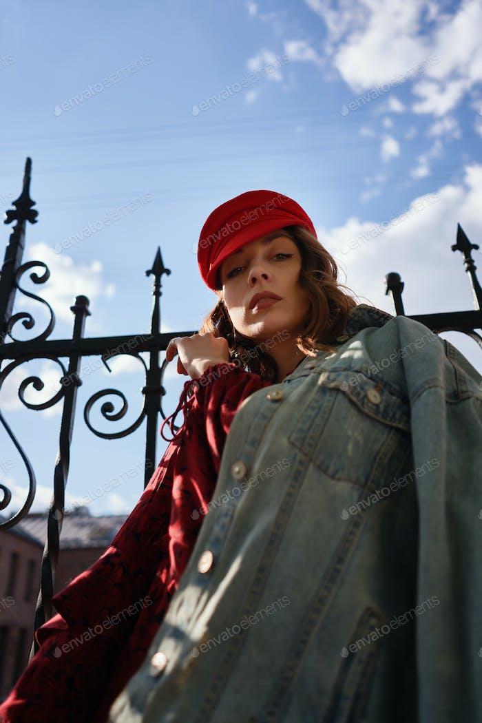 Портрет модной женщины уличной моды