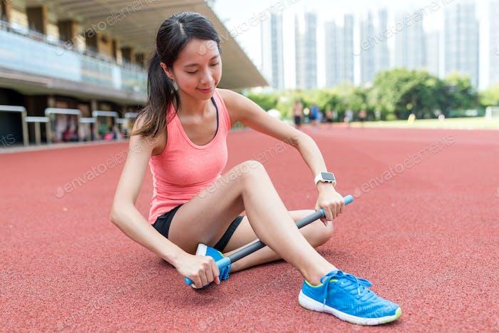 Sport Frau mit Roller Stick auf den Beinen