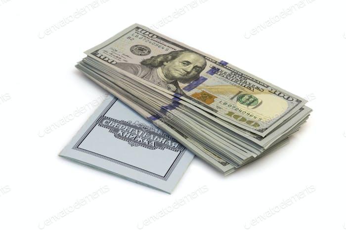 Einhundert Dollar Banknoten liegen auf Scheckbuch isoliert auf weißem Hintergrund