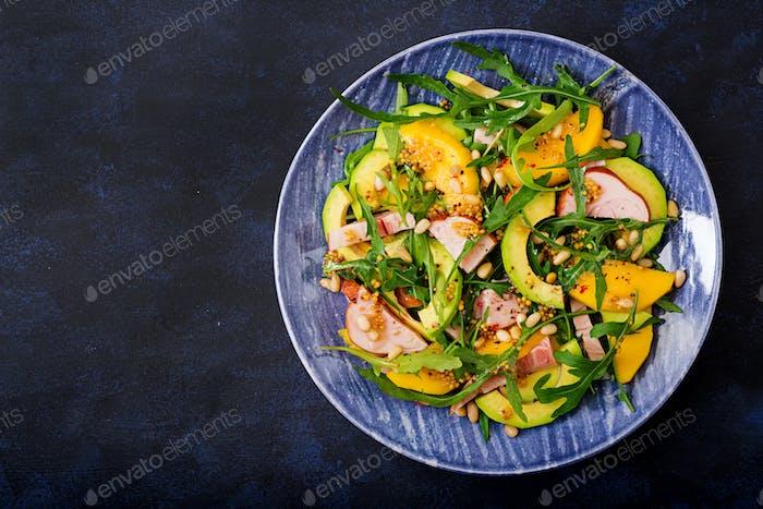 Feriensalat mit geräuchertem Huhn, Mango, Avocado und Rucola. Flache Lag. Ansicht von oben