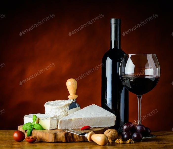 Weichkäse und Rotwein