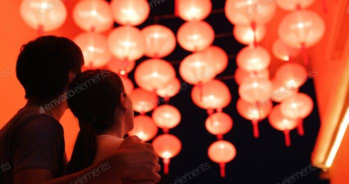Paar genießt die rote chinesische Laterne