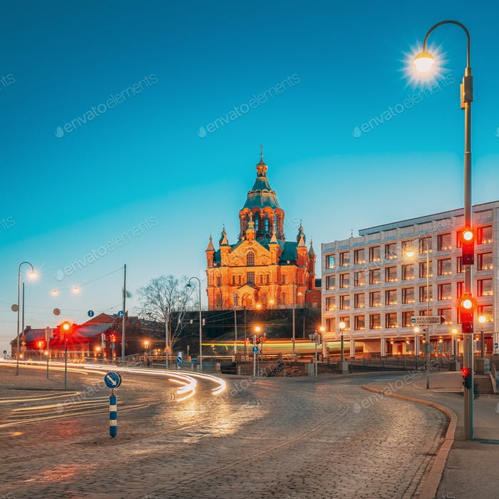 Helsinki, Finlandia. Catedral de Uspenski en iluminaciones nocturnas