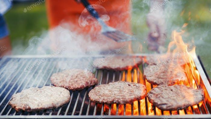 Bild von leckeren Burgern gegrillt auf dem Grill