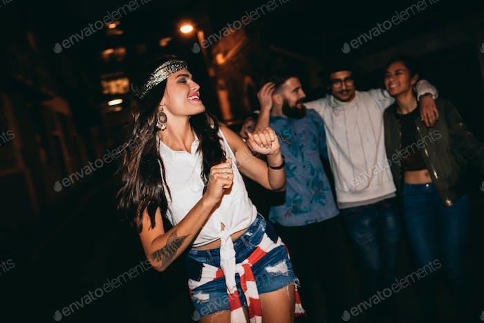 Junge Frau genießen in einer Party mit Freunden