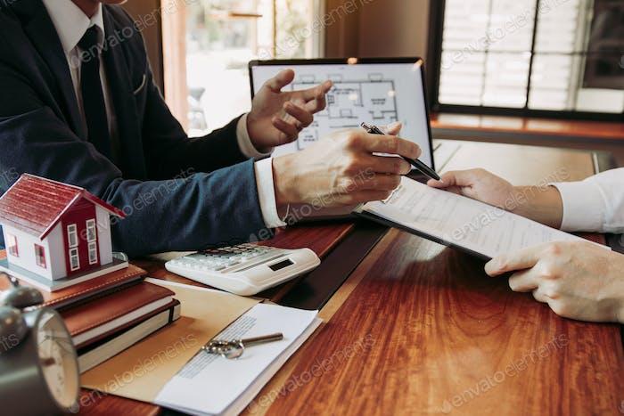 Immobilien zu Hause verweisen auf die Unterzeichnung des Versicherungsvertrags und erklären