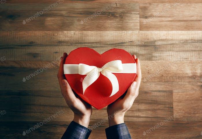 Hände halten ein Geschenk