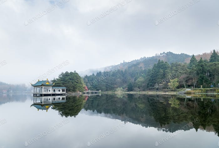 Lushan Landschaft des traditionellen Pavillons am See