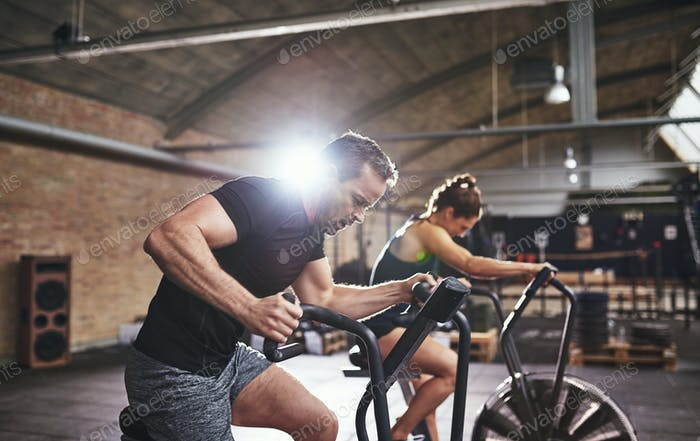 Sportler arbeiten hart an Radmaschinen