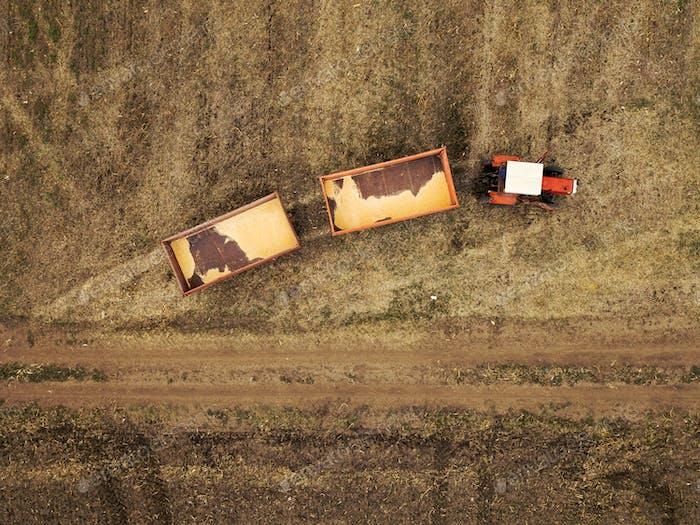 Luftaufnahme des landwirtschaftlichen Traktors im Feld