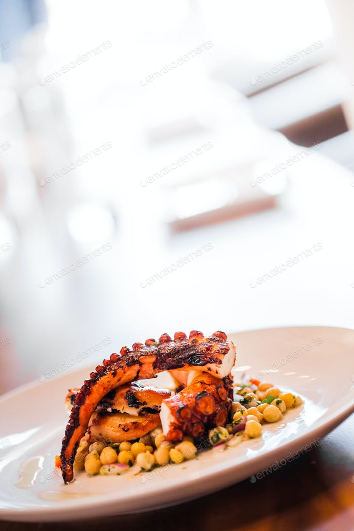 Gekochter Octopus Teller mit Kichererbsen