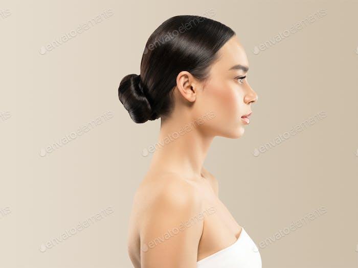 Frau kosmetische Nahaufnahme Schönheit Porträt gesunde Pflege Haut und Haar über beige Farbe Hintergrund