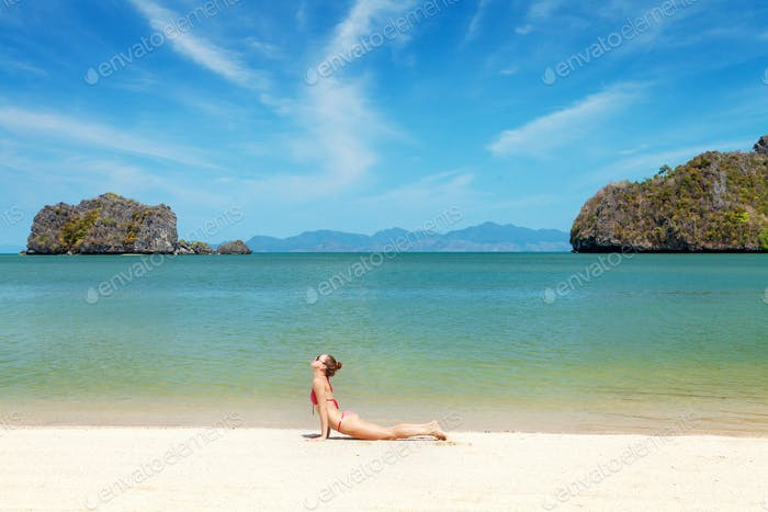 Junge Frau Praxis Yoga am Strand