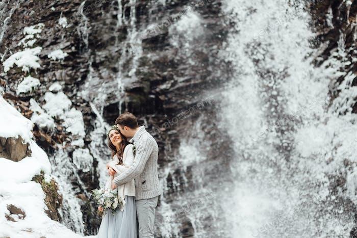 Braut und Bräutigam auf dem Berg Wasserfall