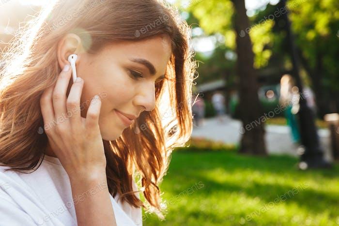 Nahaufnahme eines hübschen jungen Mädchens in Ohrhörern