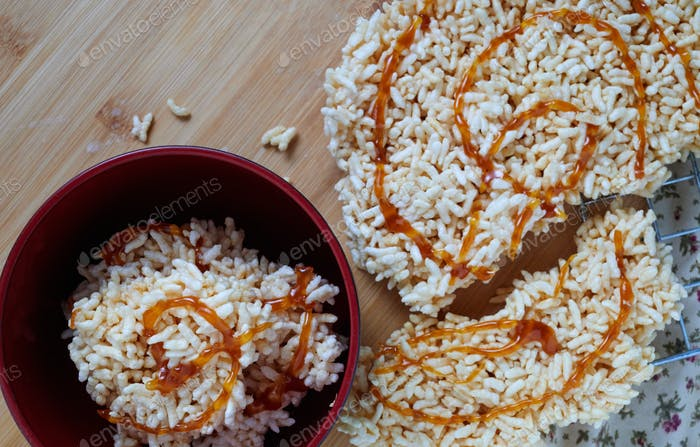 Crispy rice with caramel topping