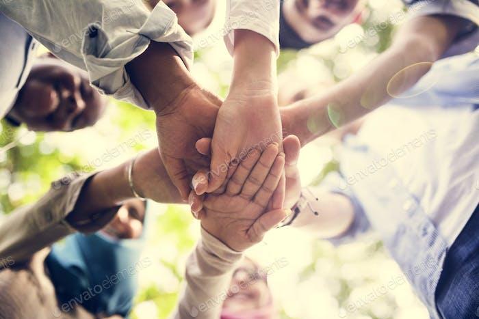 Gruppe von verschiedenen Jugendhänden beigetreten