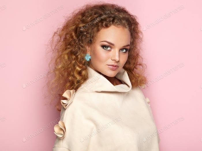 Beauty Frau mit langen und glänzenden lockigen Haaren