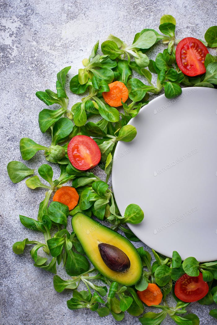 Ein Rahmen aus Gemüse um den Teller.