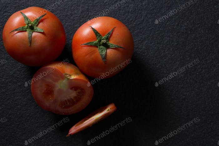 Tomaten auf schwarzem Hintergrund