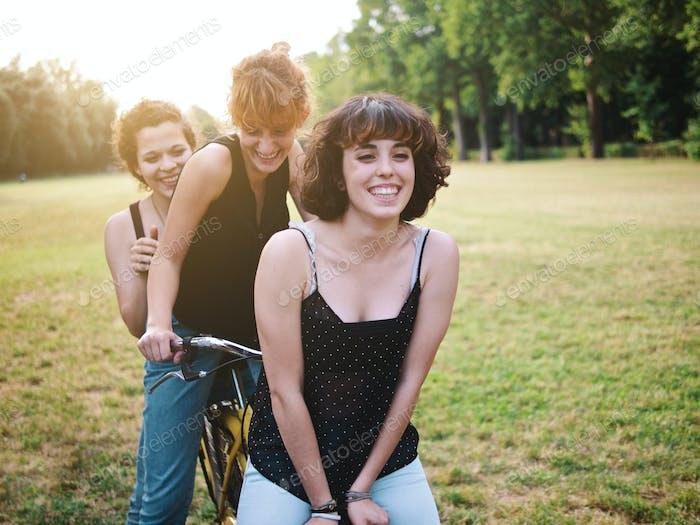 große Gruppe von Freunden genießen einen Sommertag im Park, zurück zur Schule