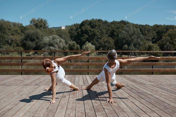 Pareja sana en posición de yoga