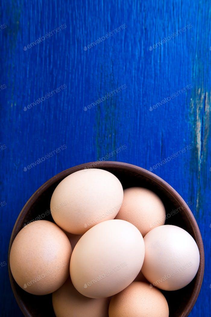 Frische Eier in einer braunen Schüssel