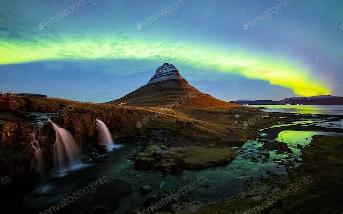Nordlicht (Aurora Borealis) über Kirkjufell Berg in Island