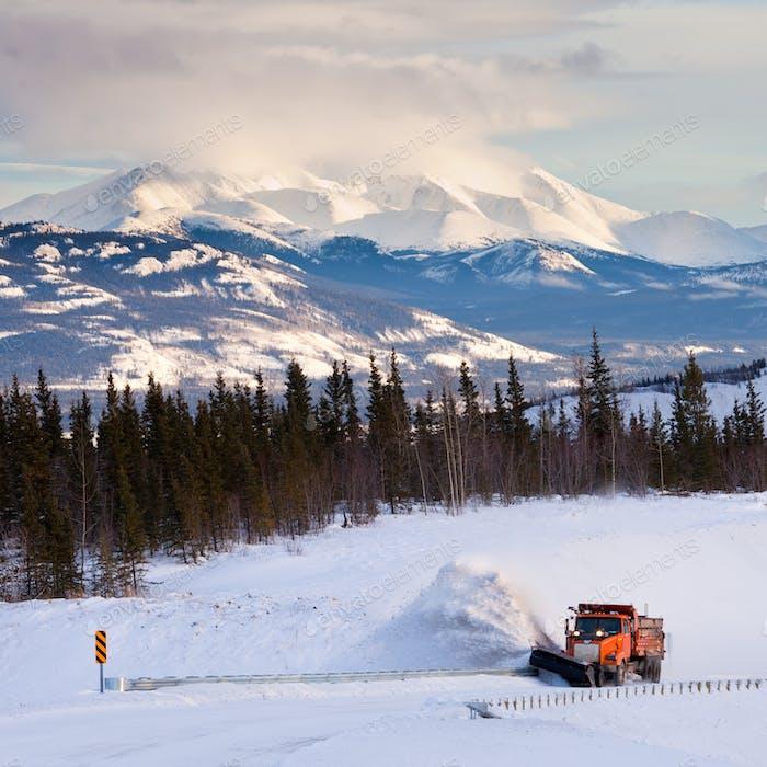 Schneepflug Clearing Straße im malerischen Yukon T Kanada