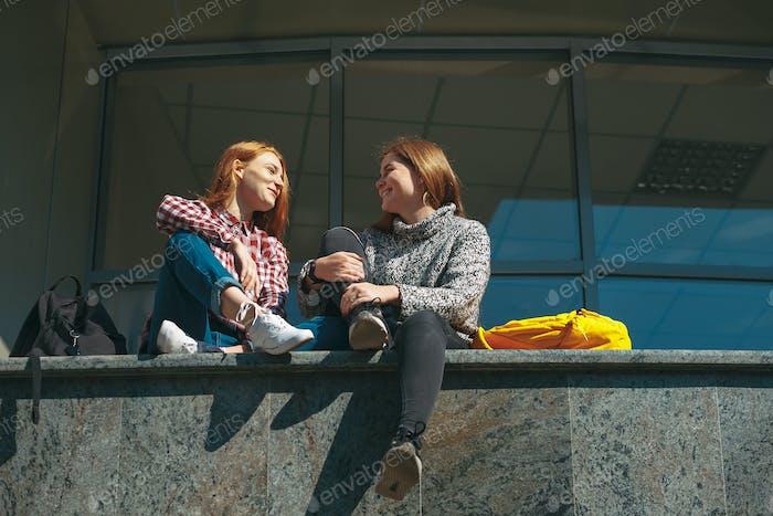Teenager-Mädchen plaudern glücklich
