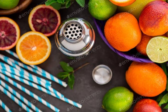 Verschiedene Zitrusfrüchte für Cocktails
