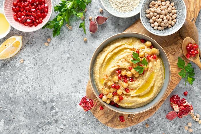 Kichererbsenhummus mit Tahini in einer Schüssel. Gesunde vegetarische Vorspeise. Orientalische Küche