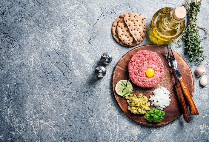 Тартар из говядины на разделочной доске