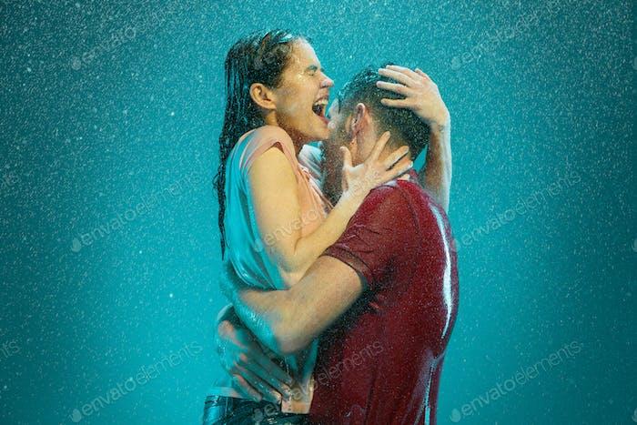 Das liebende Paar im Regen