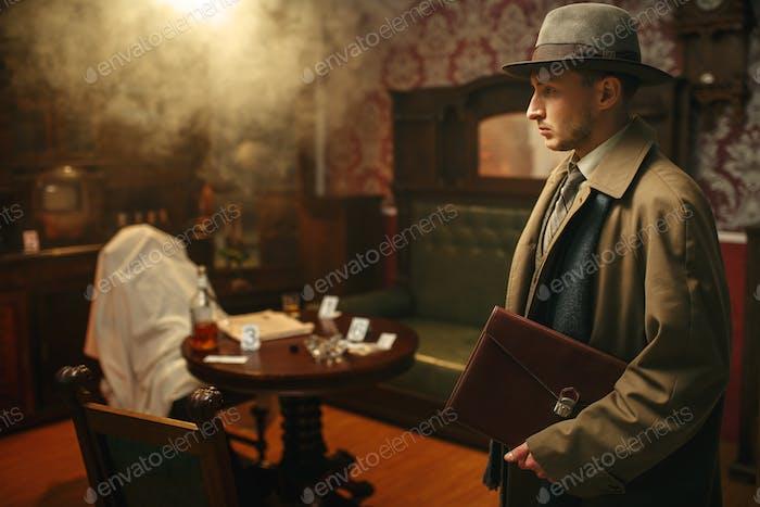 Verwirrter Detektiv in Mantel und Hut, Tatort