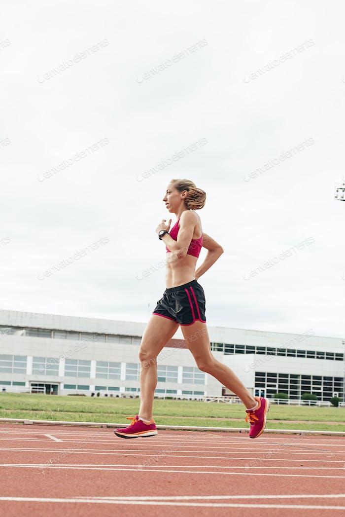 Attraktive Frau Track Athlet Laufen Auf der Strecke