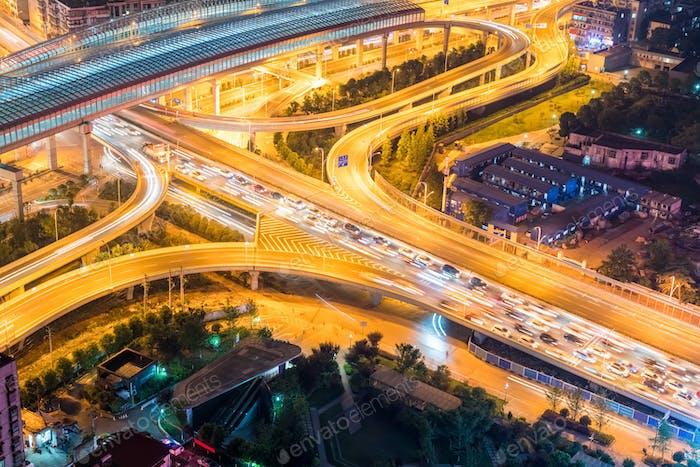Stadtübergang Nahaufnahme mit Verkehrsstaus