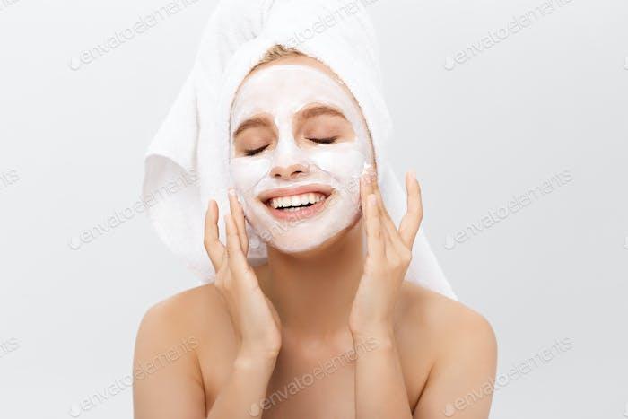Hermosa mujer con máscara facial sobre fondo blanco