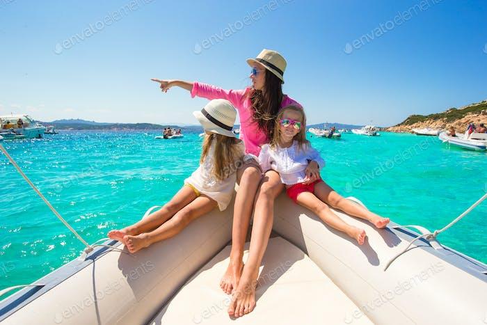 las niñas descansando con feliz mamá en un gran barco