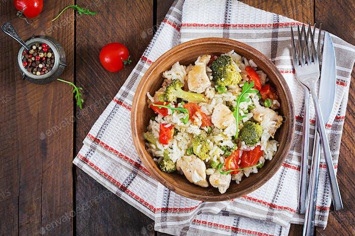 Köstliches Huhn, Brokkoli, grüne Erbsen, Tomate rühren braten mit Reis.