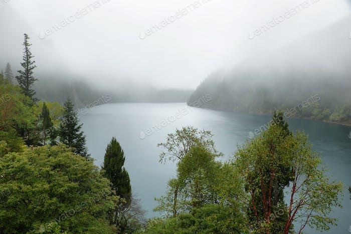 Largo lago i en Jiuzhaigou, China, Asia